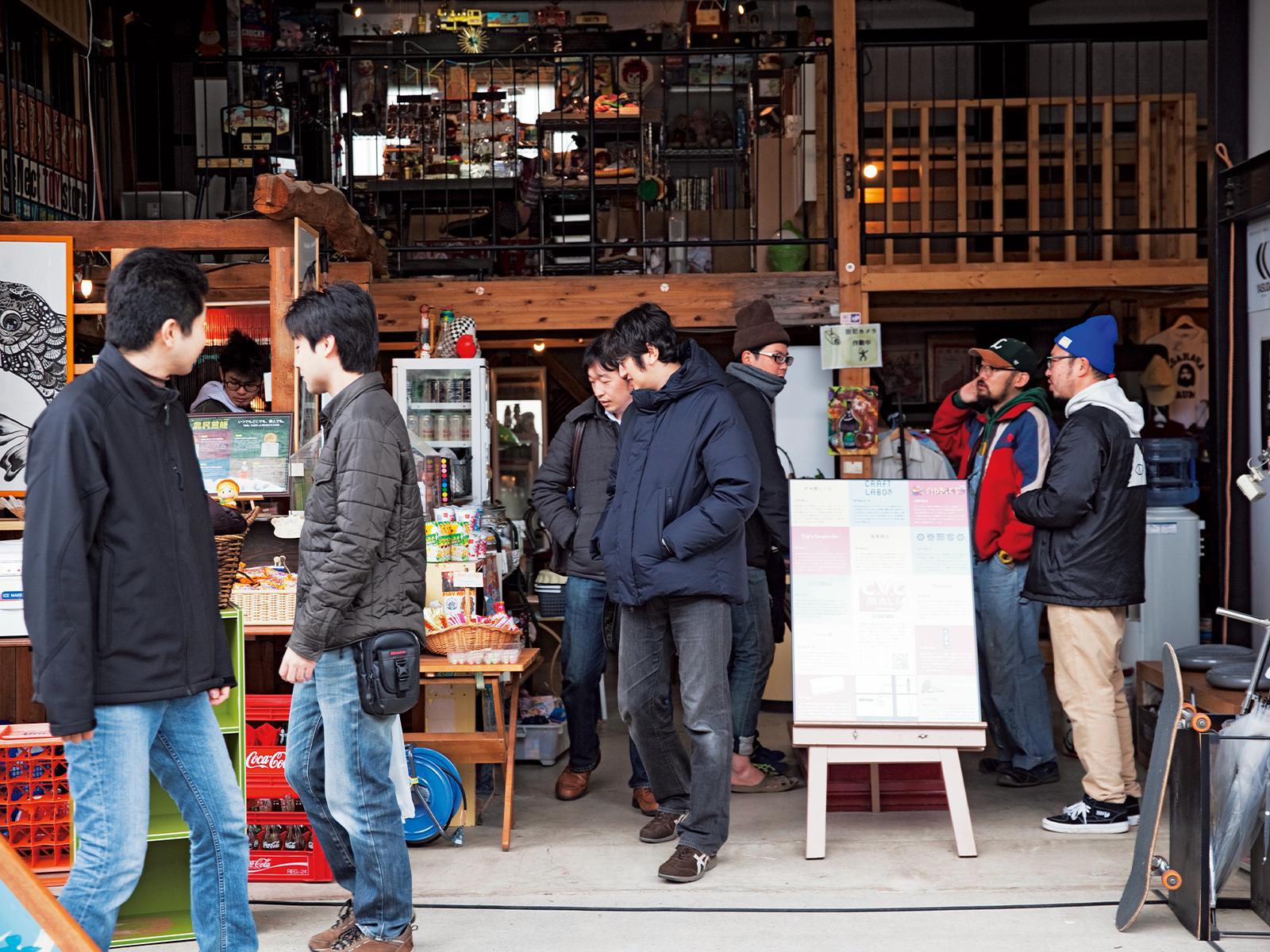 多様な客が訪れる。男性客らはゲーム「ウォーハンマー」を目当てに訪れた。