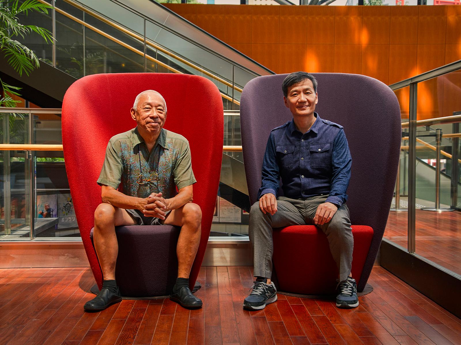 日本版の共同企画・制作・演出家の阪本洋三さん(右)と。「演劇には世の中を変える民主主義の演劇と、楽しむことを目的にした資本主義の演劇があります。前者の演劇としてすぐれたものをつくっていきたい」と阪本さん。