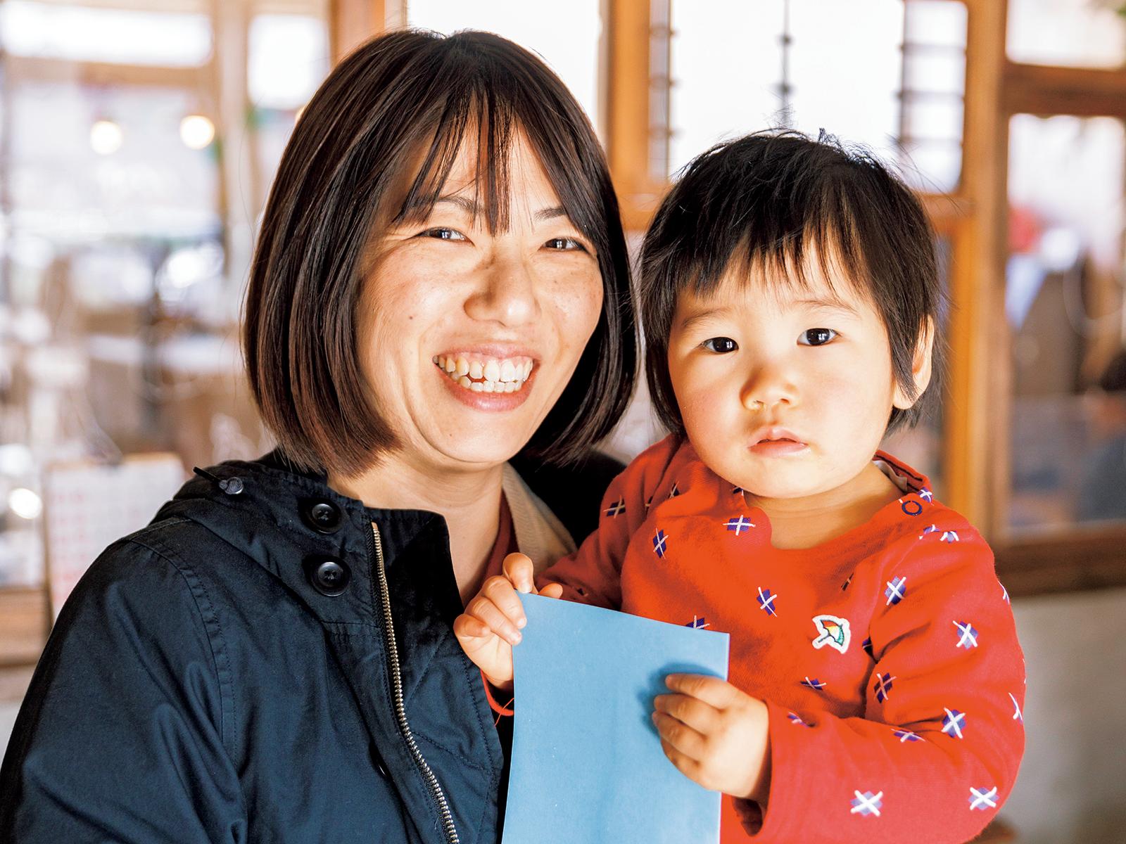 託児所を頻繁に利用する高橋麻里子さんと娘の千紗ちゃん。