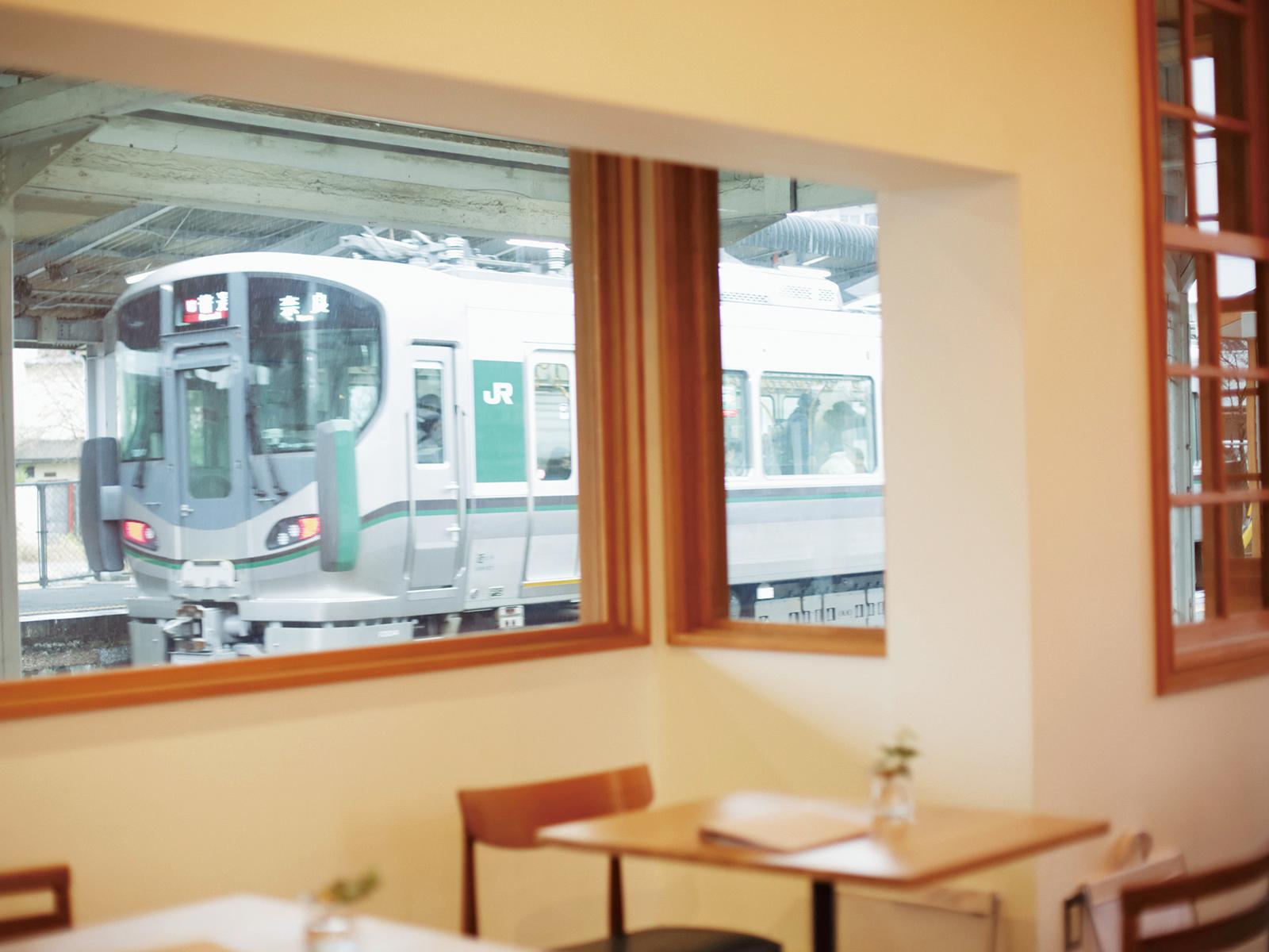 """京終駅のホームに面している『ハテノミドリ』の窓は、 入ってくる電車や乗降客を""""額縁""""のように切り取る。"""