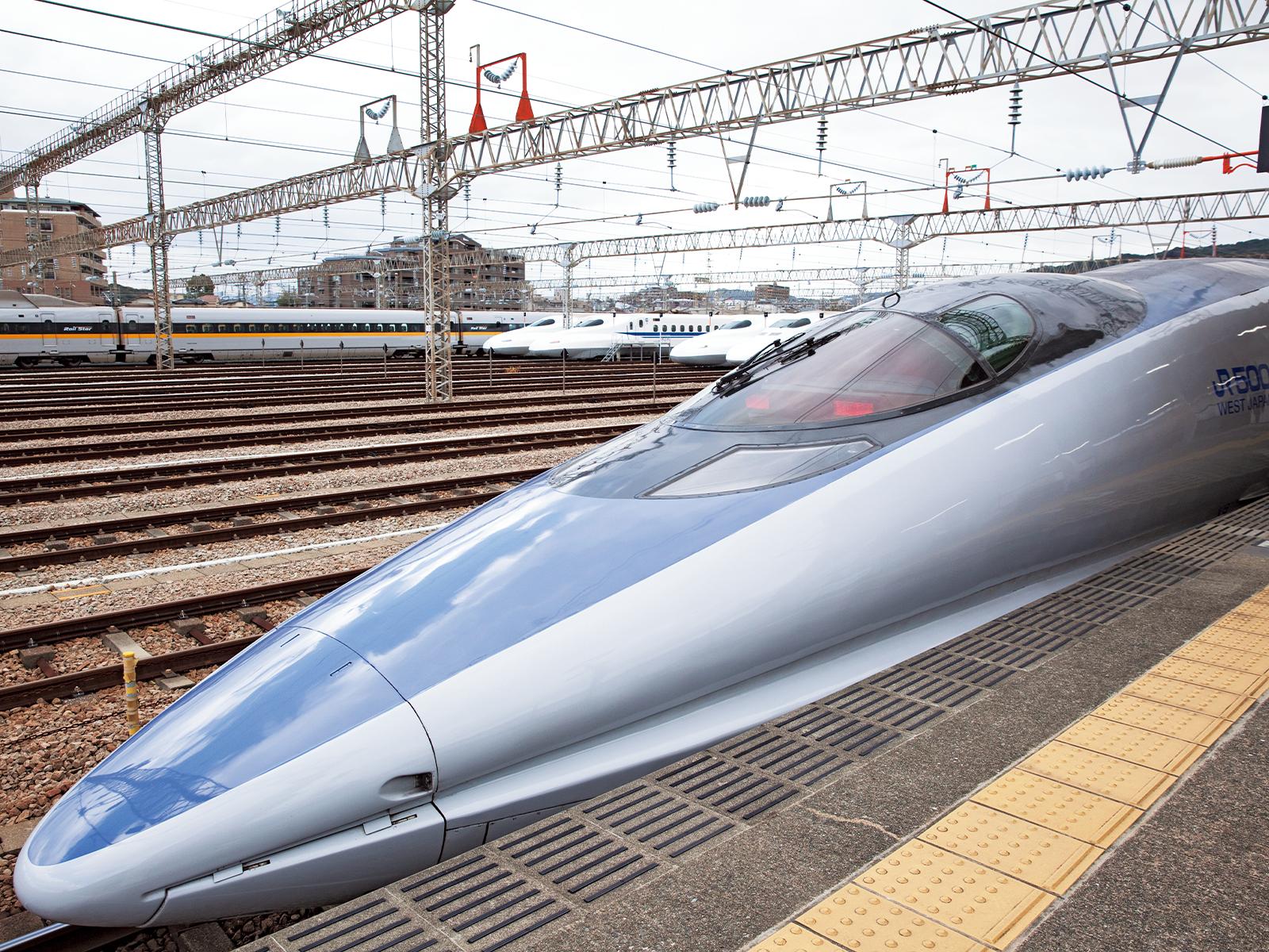 世界最速の時速300キロ以上で走っていた500系電車も運行。博多駅との片道約8.5キロを8分程度、300円で走る。