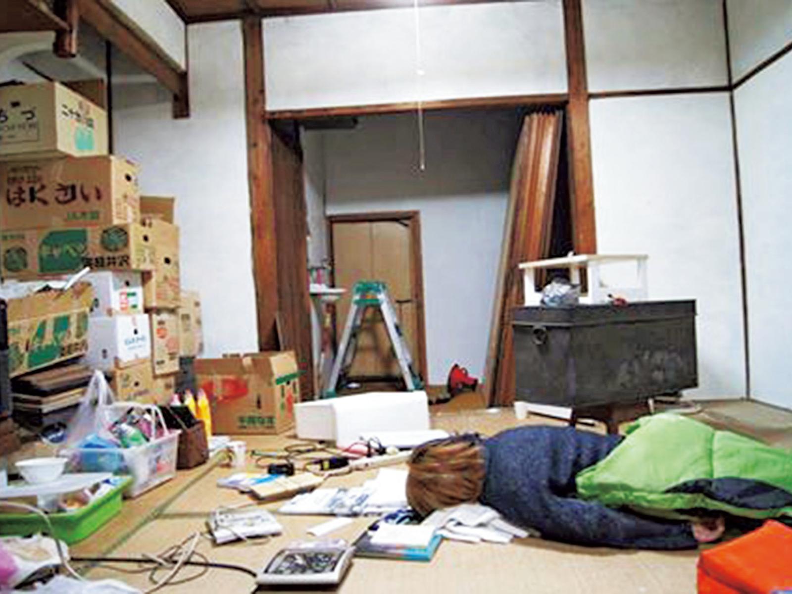 神吉さんがSNSにアップした「ヘルプ・ミ―!」の写真。見知らぬ人まで「近所だから」とDIYの手伝いに来てくれた。