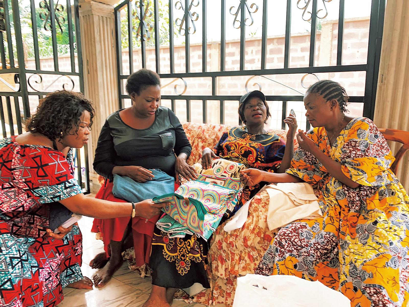 『Ay』の服作りを創設時から支えている、コンゴの女性たちで結成するNGO『APROFED』のメンバーたち。シングルマザーやストリートチルドレンにも職業訓練を行っている。