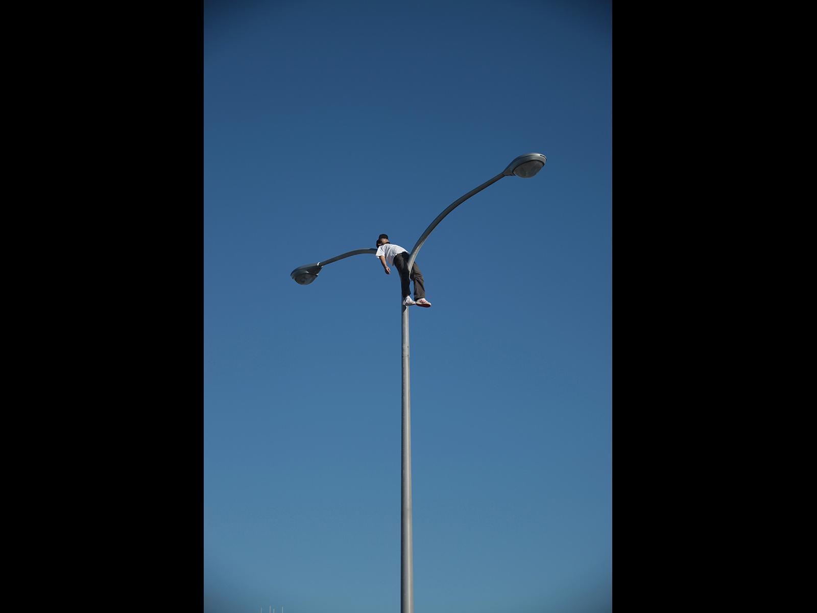 街灯の曲線と菊地さんが一体化した作品、「born#1」。