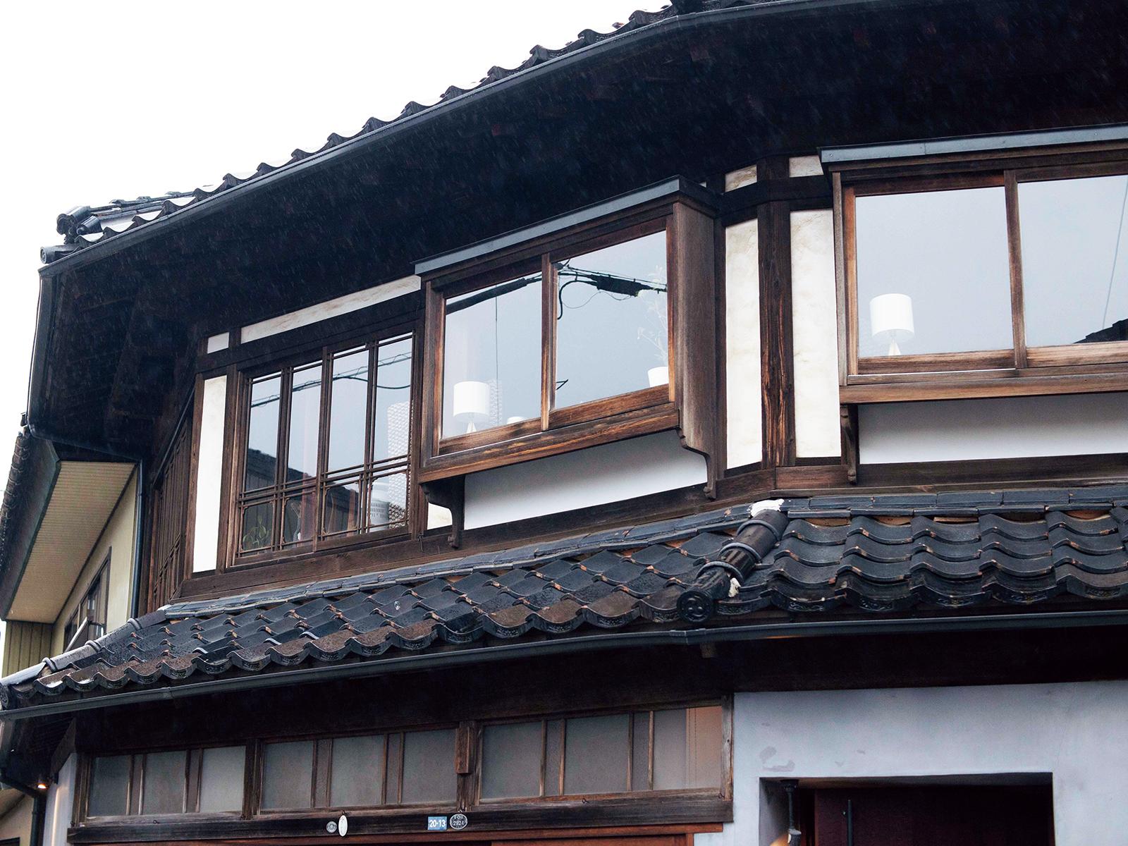 木製の窓枠がノスタルジックを誘う。内川の町並みを見渡すお気に入りの座席。