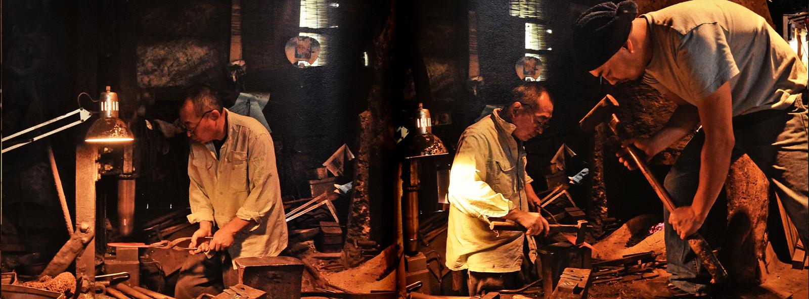 ベルトハンマーや鎚で、 鋼と鉄を成形する作業風景。