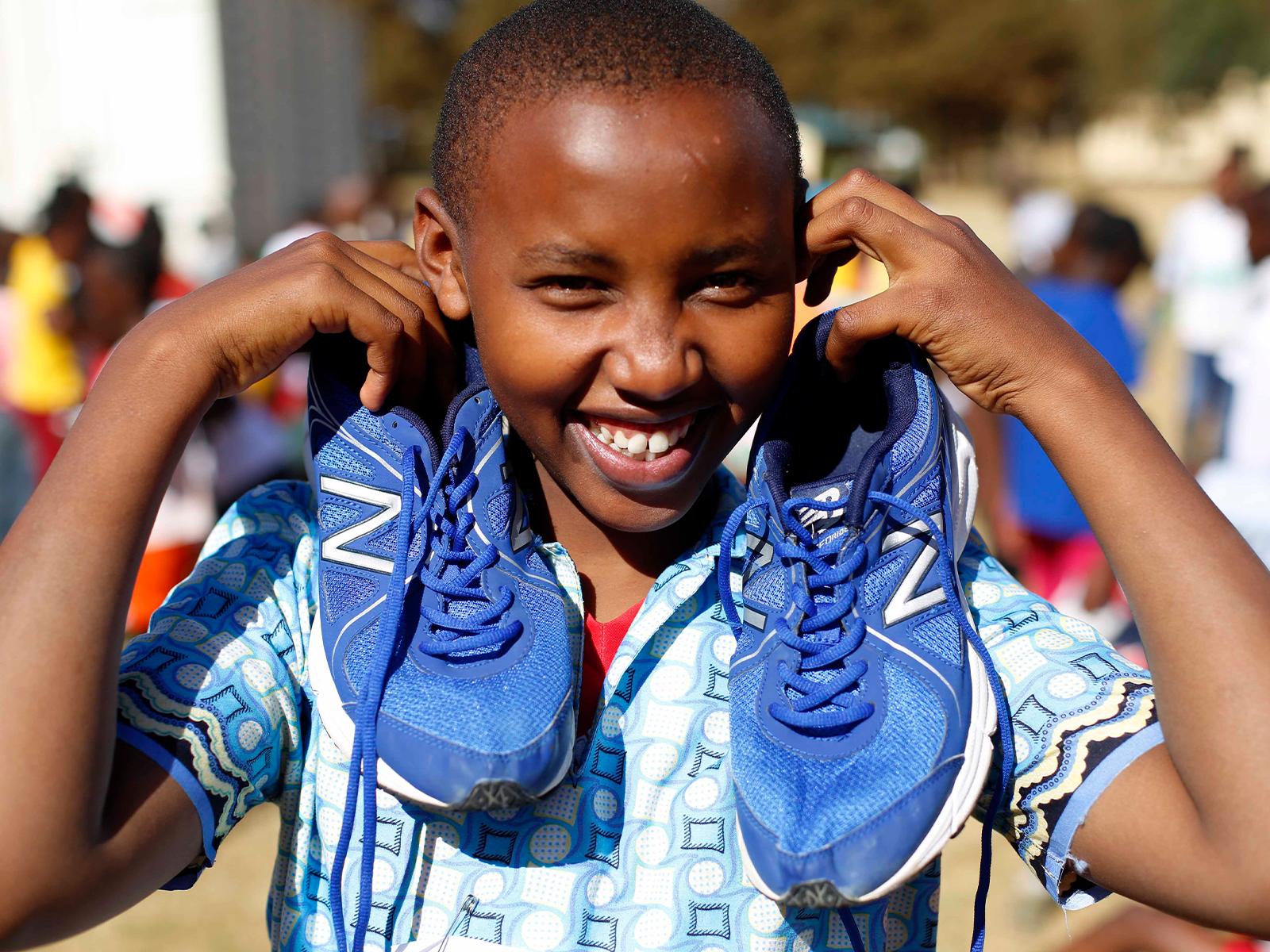 今年2月24日にケニア・ナイロビ近郊の街・キアンブで開催した「ランニング・イベント2018@ケニア キアンブ」の様子。地元の4校の小学校から男女児童・計359人が参加し、力走を見せてくれた。