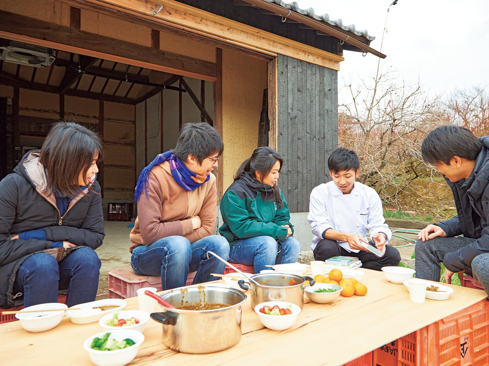 ジビエ料理を得意とするシェフ・更井亮介さんの開店間近のレストラン『Restaurant Cara vansarai』で昼食。雑草カレーと猪汁、ブロッコリーの葉のサラダ。