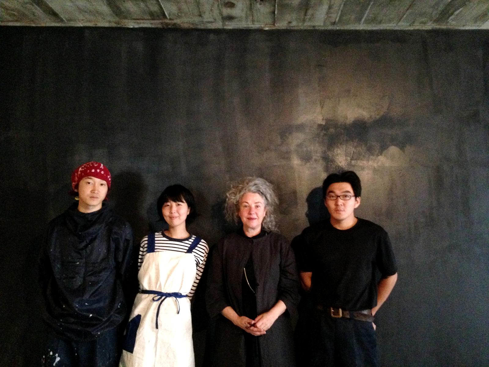 立ち上げには多くの協力者が。建築家の佐藤研吾さん(左)、お直しアーティストのはしもとさゆりさん(中左)、大工の青島雄大さん(右)。オーストラリアのヴィジュアル・アーティスト、ヘザー・スワンさん(中右)が見学に来て、公演も決定した。