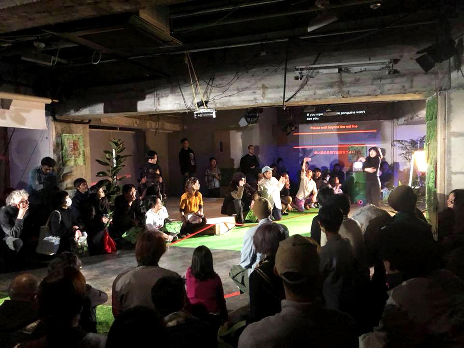 地下で開催された公演のひとつ。