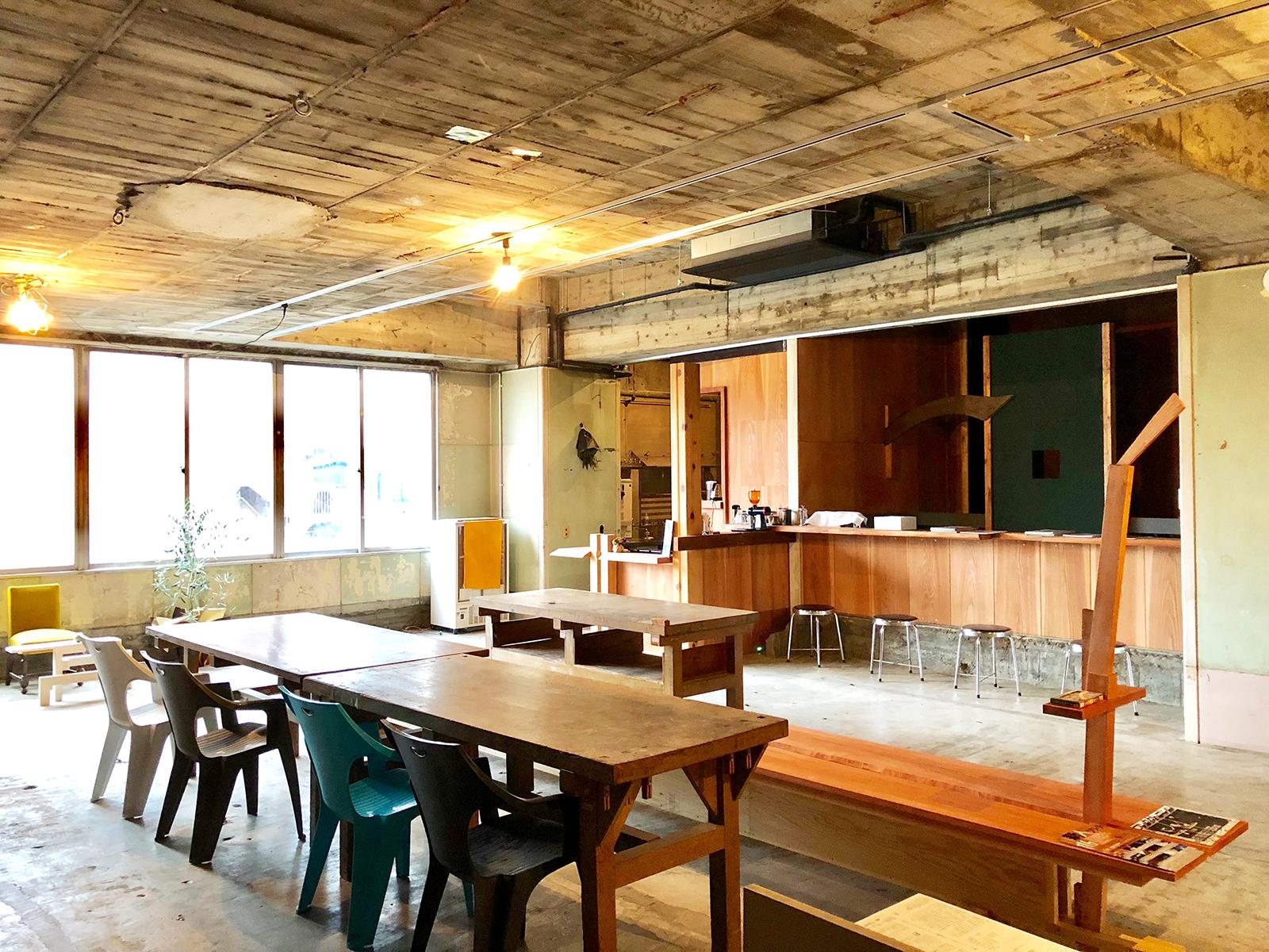 カフェのイスやテーブルなどは佐藤さん、青島さんが製作。