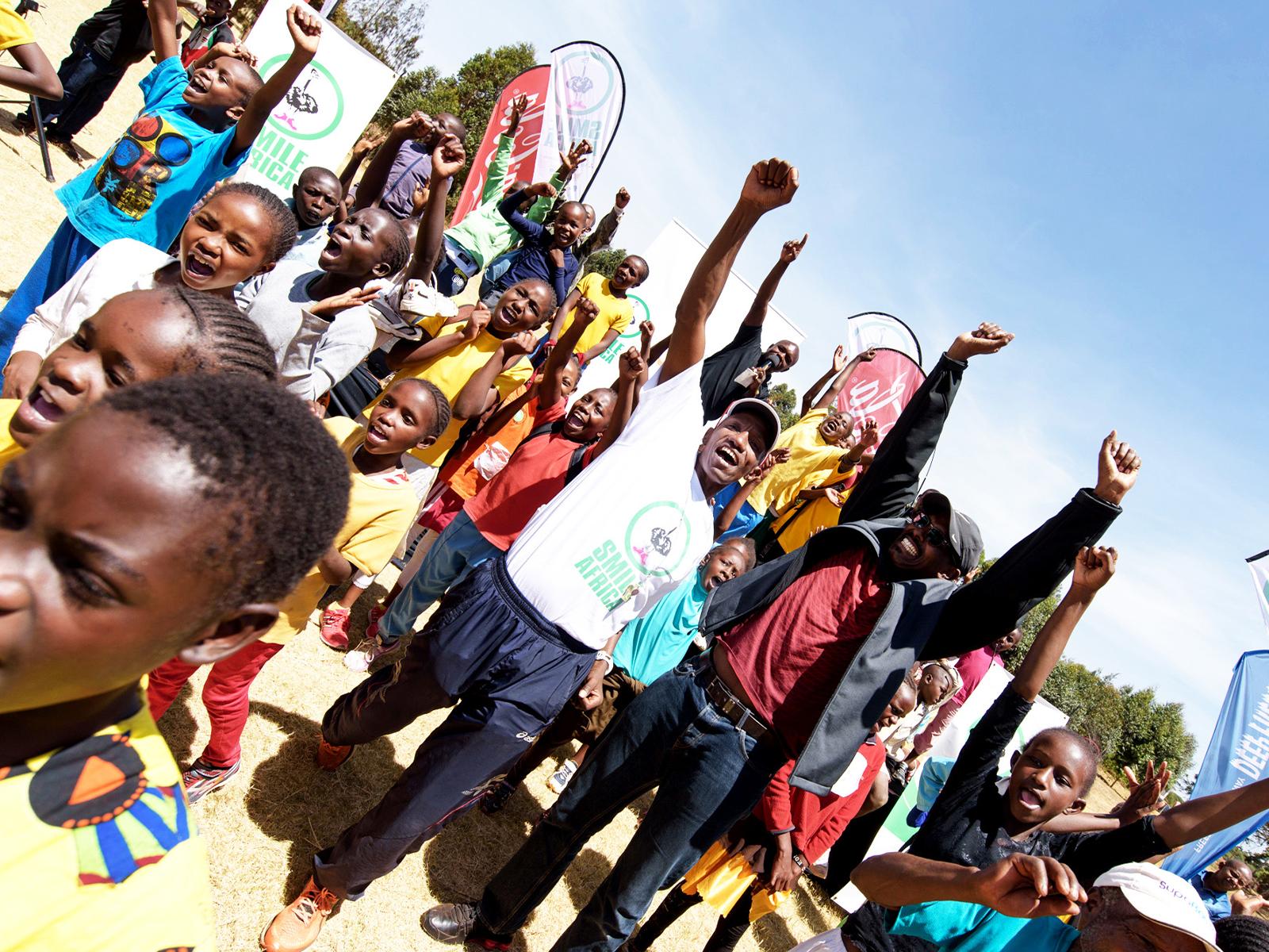 中央の白色Tシャツの男性がダグラス・ワキウリさん。ケニア陸上競技界の英雄だ。