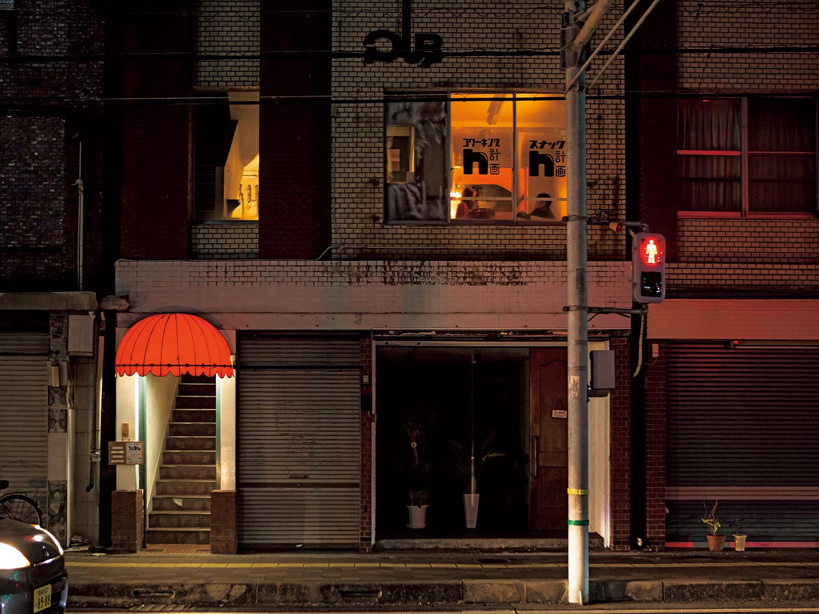 周囲の店が閉まってしまう夜でも点るスナックの明かり。思わぬ人との出会い、アイデアが夜ごと生まれている。