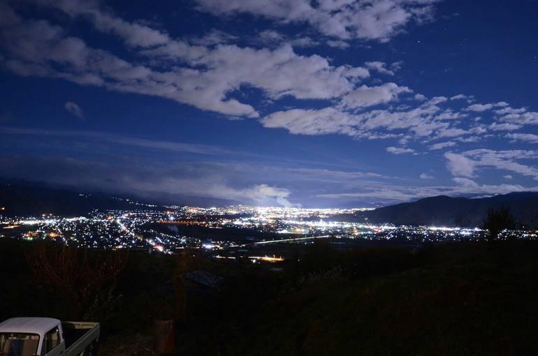 JR姨捨駅近辺の夜景は日本三大車窓の一つとしても数えられる