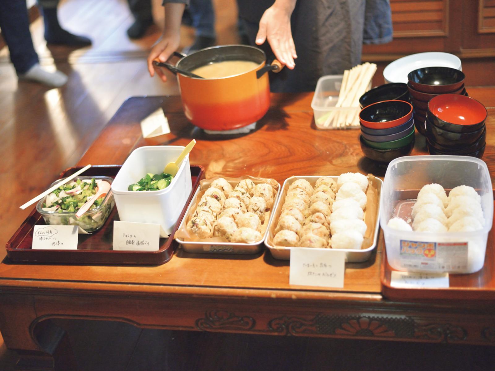 食事は、地元の方が地元の食材でつくったものをいただく。