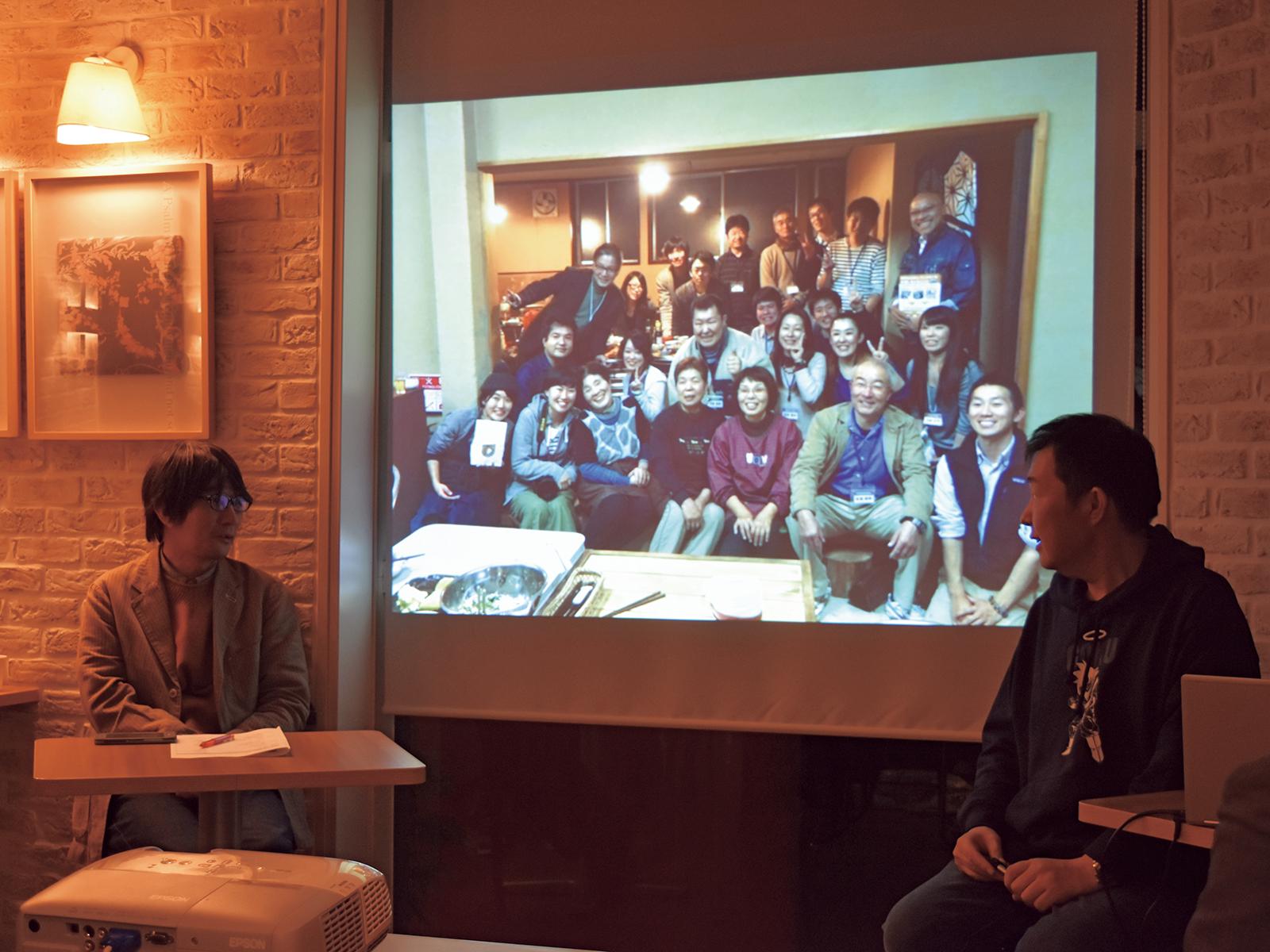 指出と対談を行う関西講座の修了生。一番印象に残っている受講中の写真を見て、話していく。