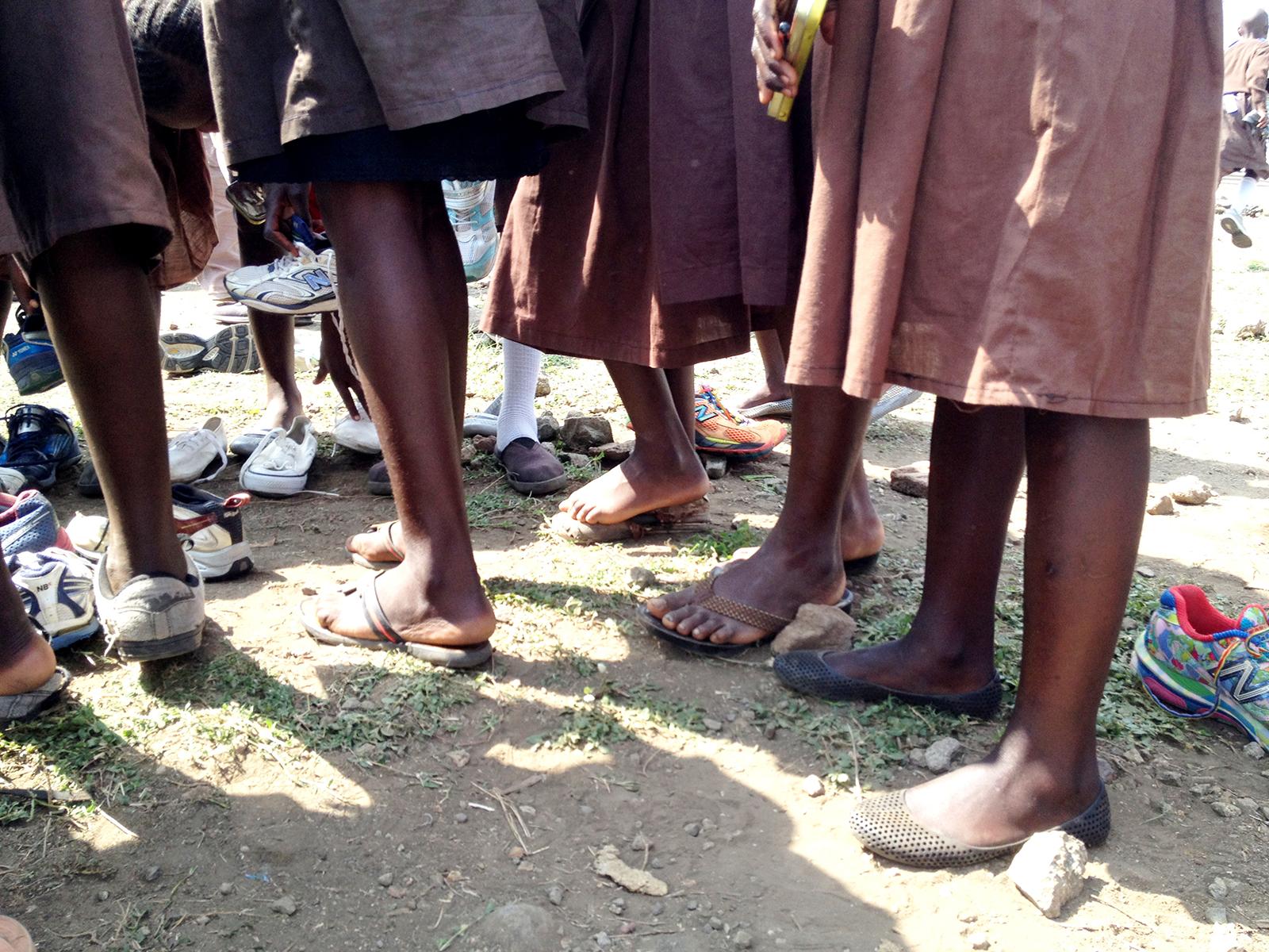オセノ小学校で。サンダル履きの子どもが多い。