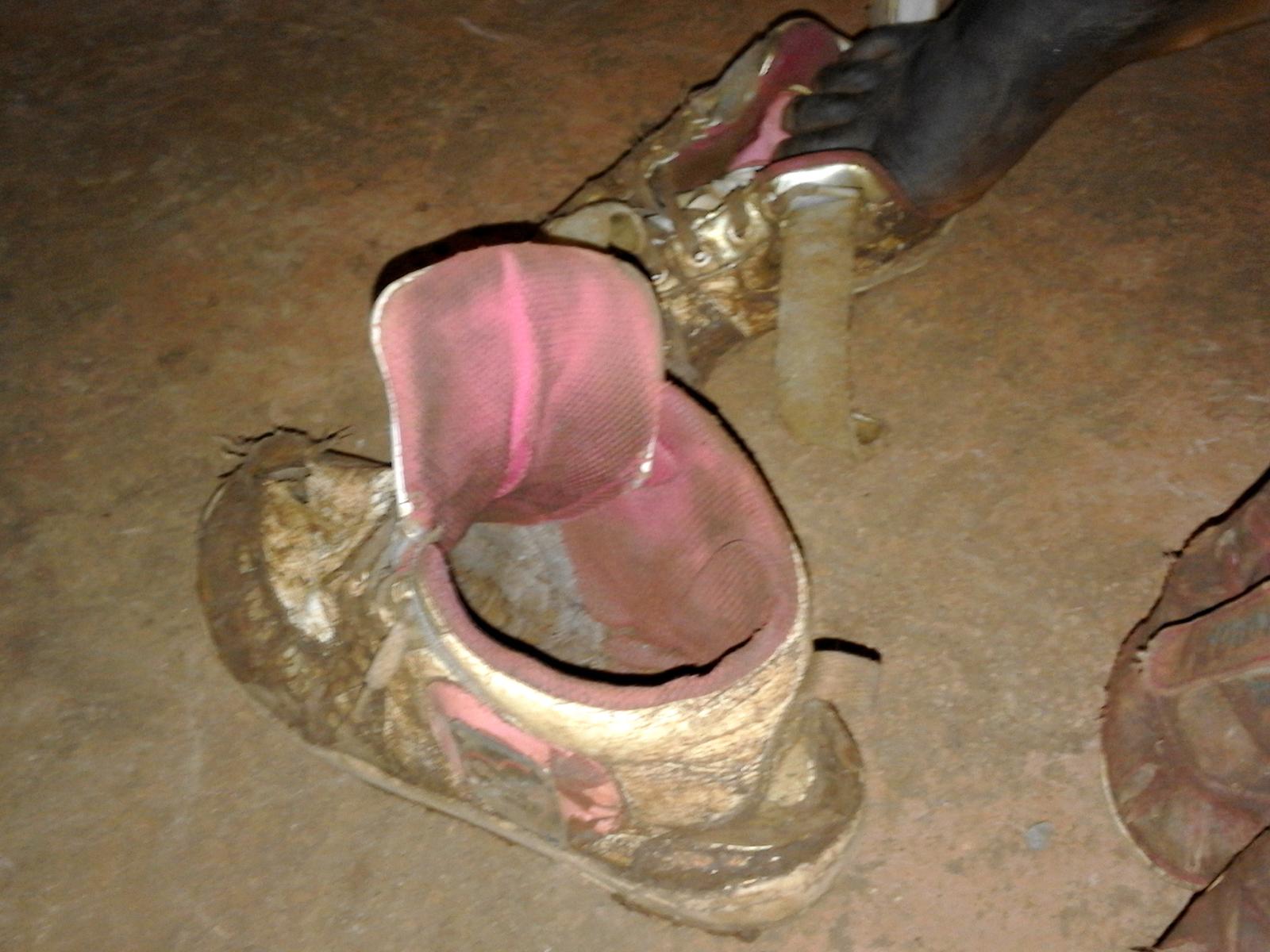 JICA・青年海外協力隊の賀集さん協力によるチェマラル小学校での寄贈。それぞれの子どもの足のサイズに合わせてシューズを渡す。傷んだシューズを履き続けている子どもも多い。