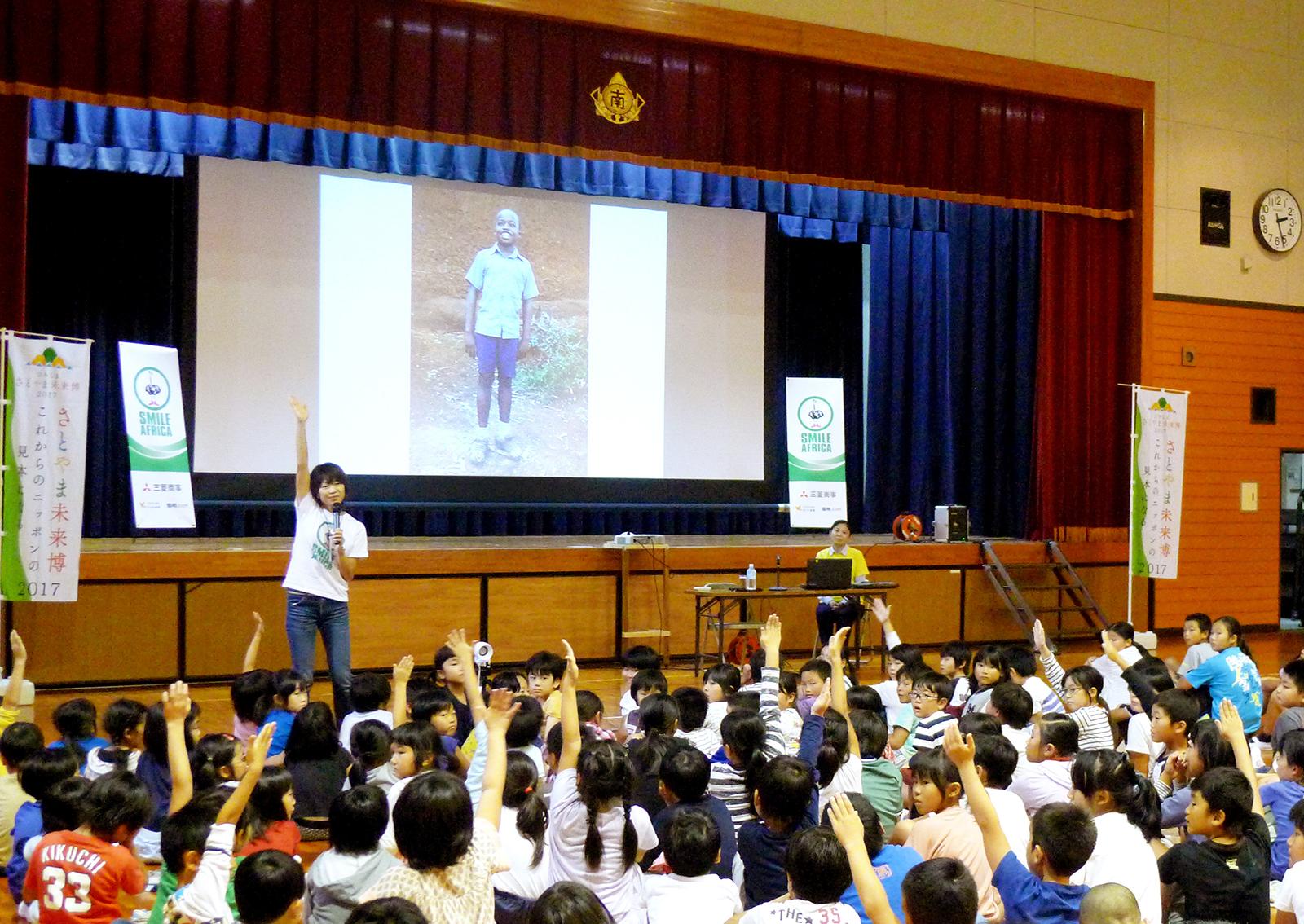 呉市の広南学園の体育館に集まってくれた小・中学生たち。高橋尚子さんの来訪を聞きつけた地域の方も参加し、プロジェクトの活動内容の話について、熱心に耳を傾けていただいた。