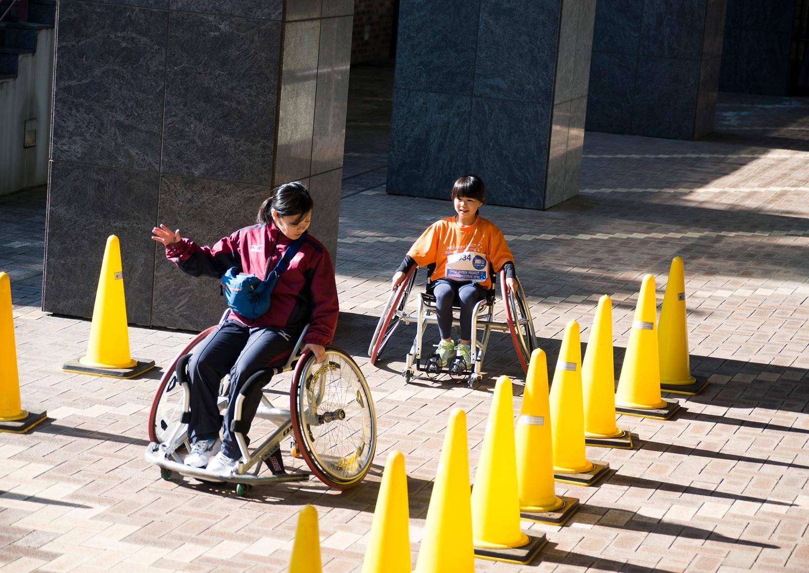車いす体験コーナーはいつも盛況。©Hiroshi Ikeda