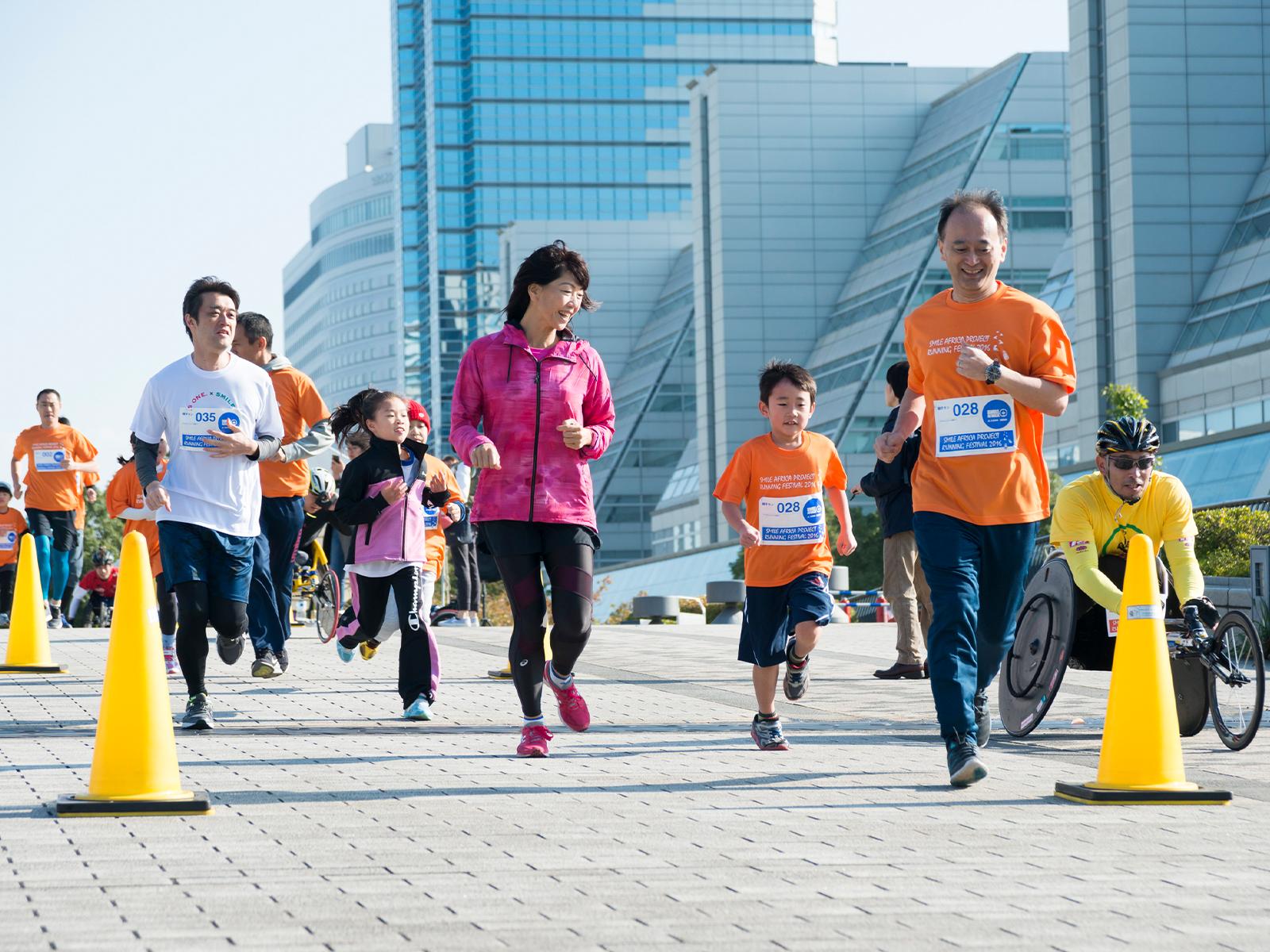 毎年秋の恒例となったランニングイベント。今回は東京臨海広域防災公園で開催します。もちろん、高橋尚子さんも参加。車いすランナーたちもいっしょに走ります(写真は2016年に開催したときのもの。©Hiroshi Ikeda)
