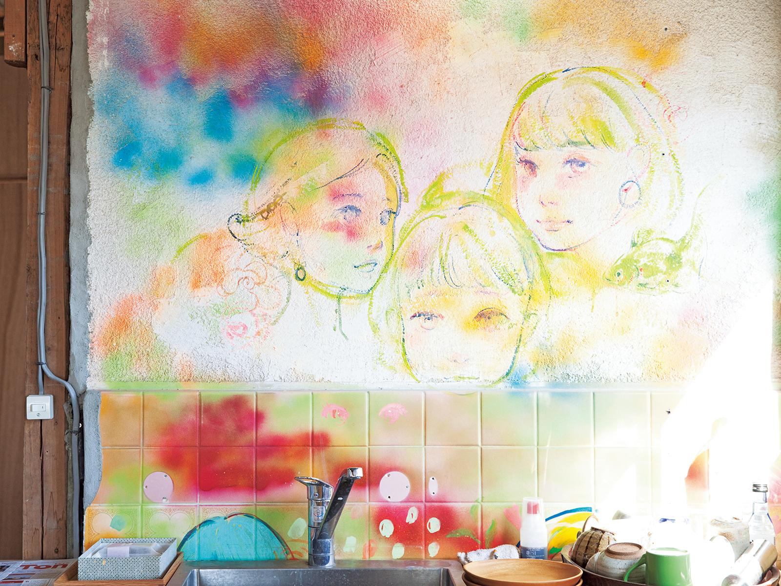 4階のキッチンにも「ゴールドコレクション展」のときに壁に描かれた絵が残る。