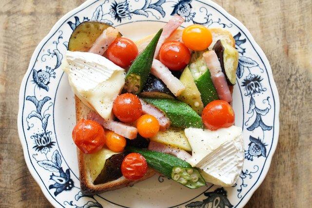 愛用のアラジントースターで夏野菜とカマンベールチーズトースト
