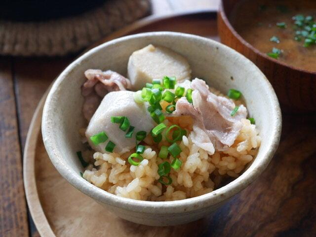 嬉しい栄養素がいっぱい!旬の里芋と豚バラの炊き込みご飯