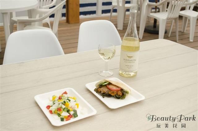 左:イスラエルサラダ 中央:海老とアボカドピタパン 右:イスラエルワイン