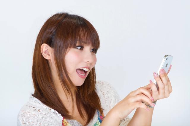 スマートフォンを操作する女性|フリー写真素材・無料ダウンロード-ぱくたそ (528)
