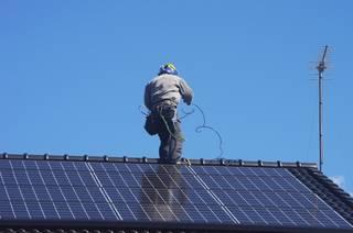 【太陽光発電O&Mノウハウ】作業中、パネルに乗るのはありなのか?