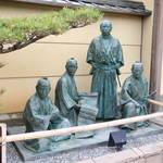 仲間といっしょに、はいチーズ。京都を駆け抜けた龍馬の銅像「ニッポン銅像探訪記 第2回:坂本龍馬・京都編」