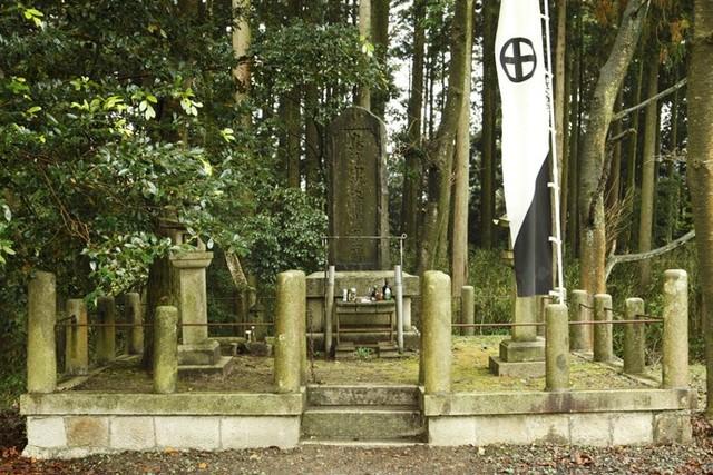 今も訪れる人が後を絶たない豊久の碑