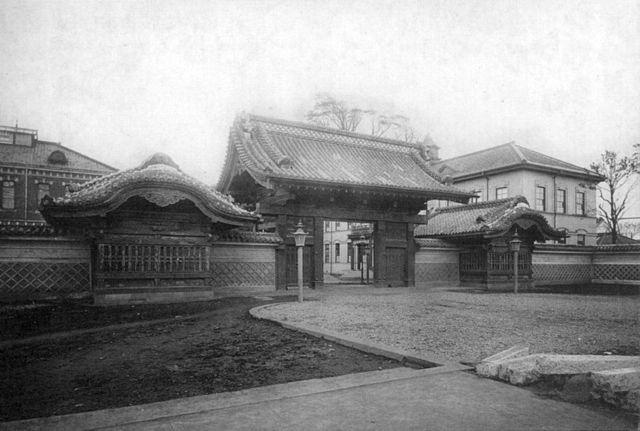 1910年頃撮影された赤門(東京帝国大学)。大正元年卒...