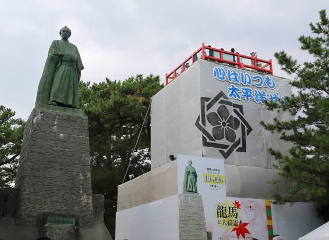 龍馬像の隣には、期間限定で龍馬を横から見られる展望台が...