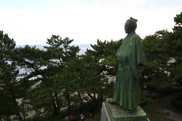 展望台から望む龍馬。足許がブーツなのがこの銅像のポイント。