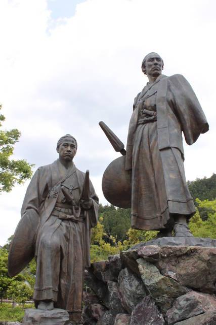 ともに脱藩した澤村惣之丞(左)を従えて見栄を切る龍馬(右)。