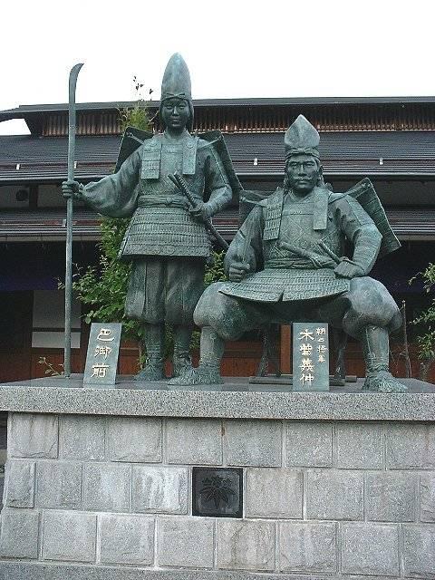 義仲館にある木曾義仲と巴御前の像