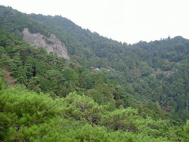険しい山中にある鳳来寺。