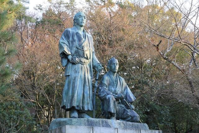 円山公園の龍馬&慎太郎像。龍馬は慎太郎よりも20cmも...