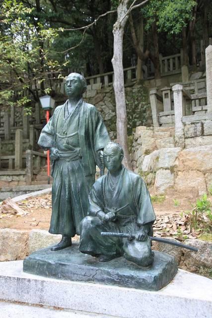 霊山護国神社に立つ銅像。2人の墓前に設置されている。