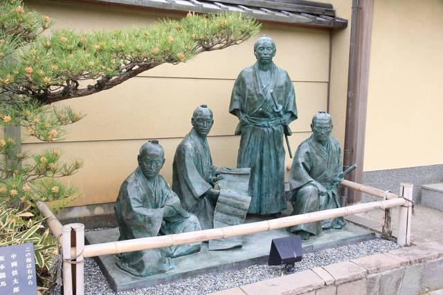 こちらをジッと見つめてくる4人。右から中岡慎太郎、坂本...