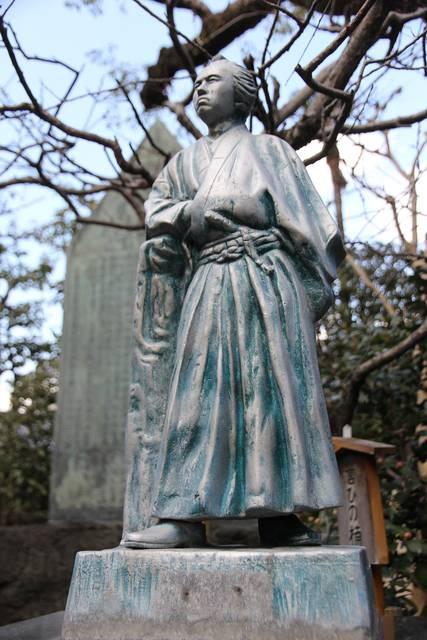 寺田屋の庭に立つ龍馬像。顔がふっくらでちょっとメタボ気味。