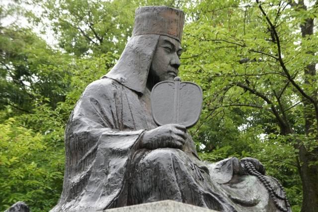 栃尾城跡のふもと秋葉公園に建つ上杉謙信像