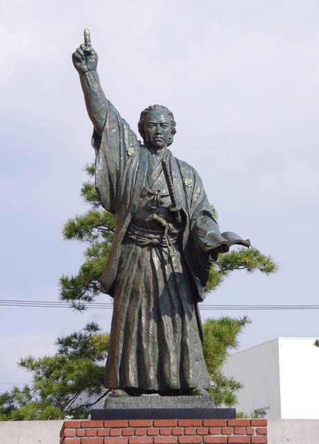 銅像制作は彫刻家の山崎和國氏。下で紹介している赤坂の勝...