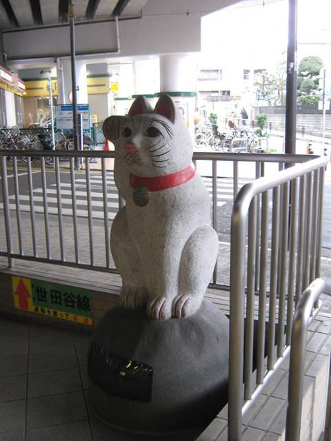 豪徳寺駅前の白猫