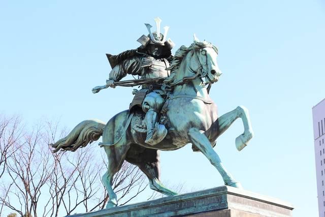 尊王の士であり、戦前は英雄視されていた楠木正成像。銅像...