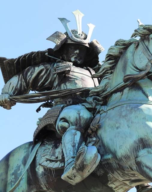 甲冑のディテールから服装のシワ、馬のたてがみまでじつに...