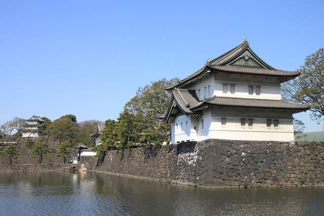 内堀通りから見える桜田巽櫓(手前)と富士見櫓(奥)。江...