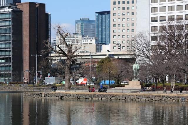 和気清麻呂像が立つ広場は、江戸城の鬼門除けである内堀の...